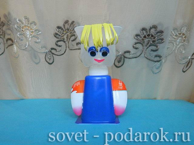 kukla-iz-plastikovykh-stakanchikov-2