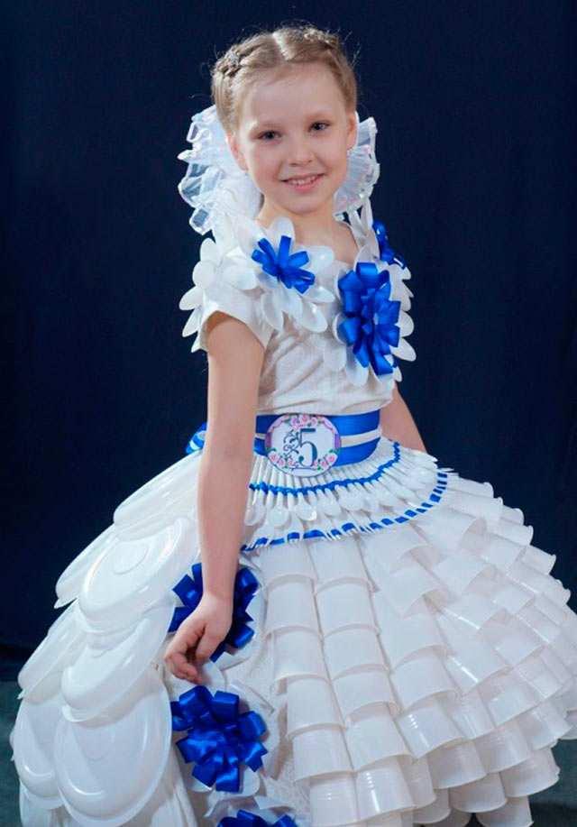 Платье из пластиковых стаканчиков