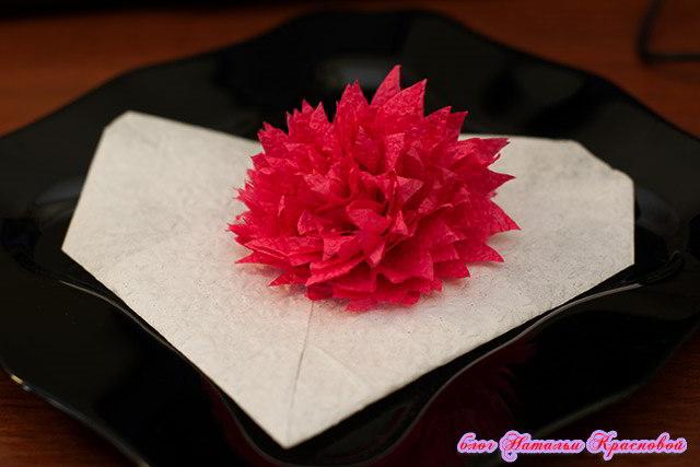 Красный цветок из салфетки