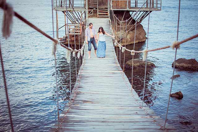 влюбленные на мосту