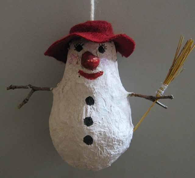 снеговик в технике папье-маше