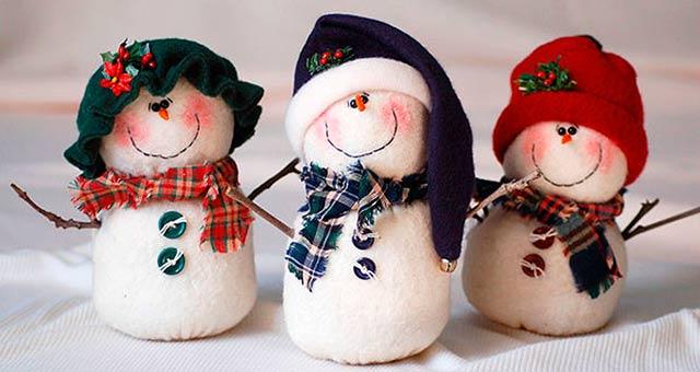 яркие красочные снеговики