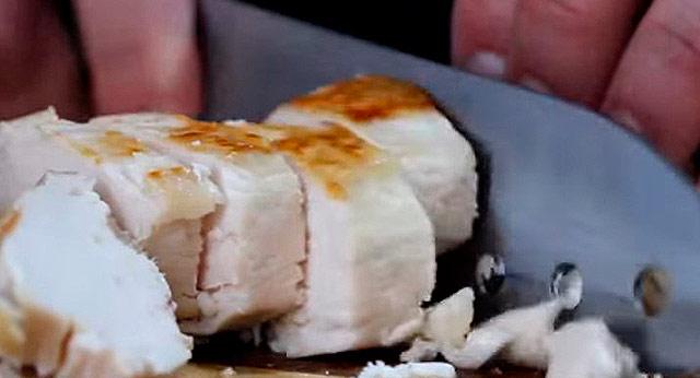 режем ножом отварную грудку курицы