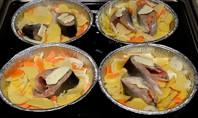блюдо из горбуши перед отправкой в духовку