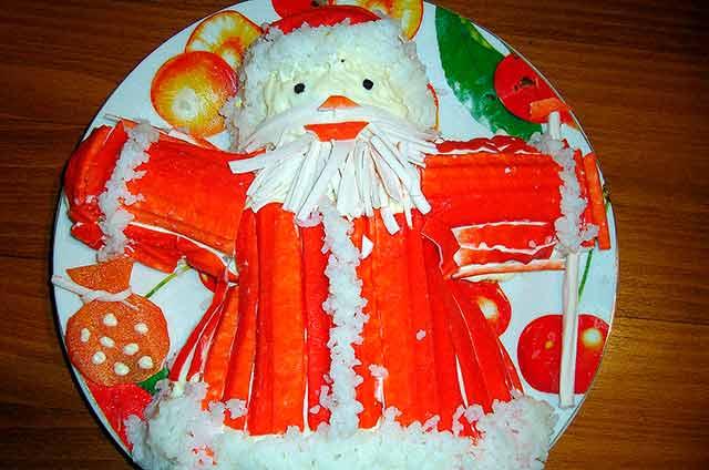 новогодний салат в виде деда мороза