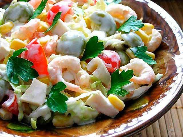 салат с кальмарами, авокадо, креветками