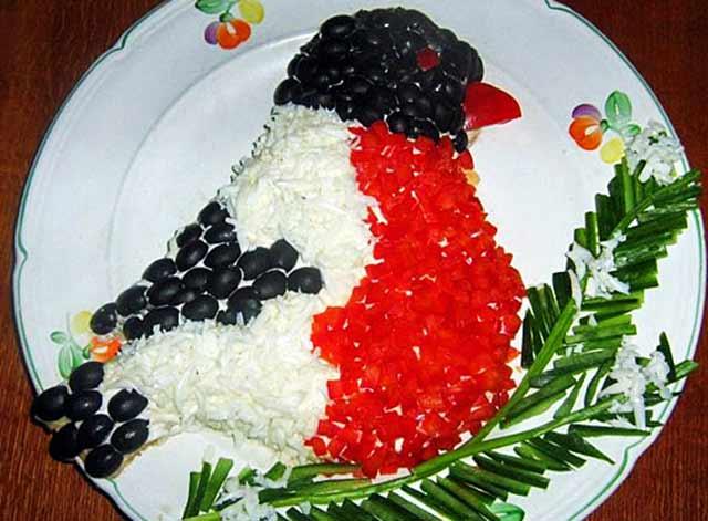 новогодний салат в виде снегиря