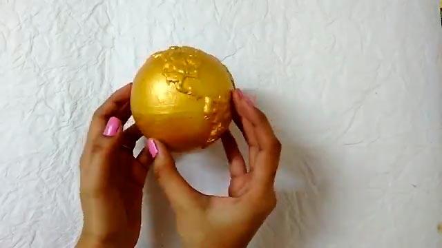 золотистый глобус
