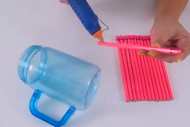 обклейка банки карандашами