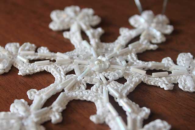 вязаные снежинки с бусинками