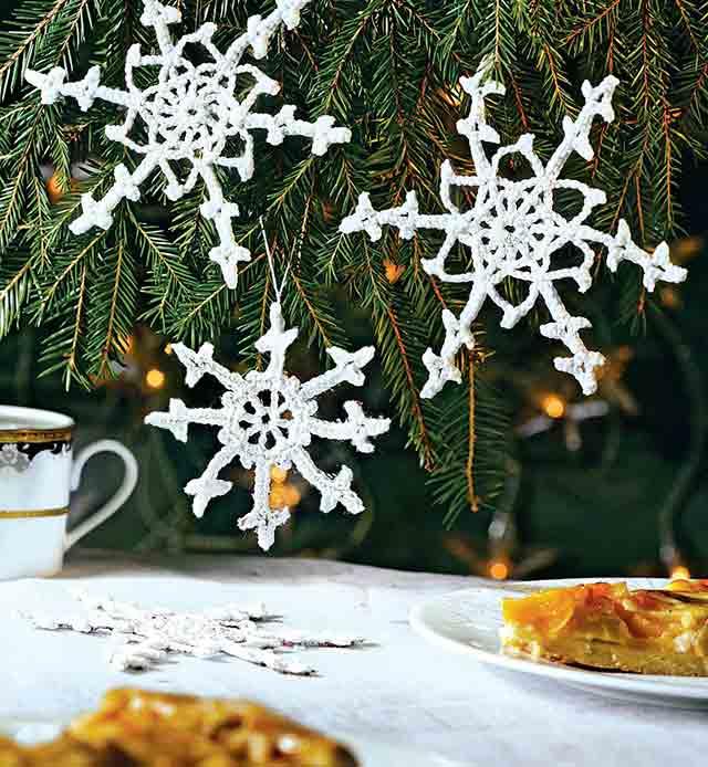 вязаные снежинки на елке