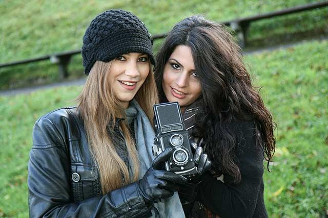 фотоаппарат в руках девушек