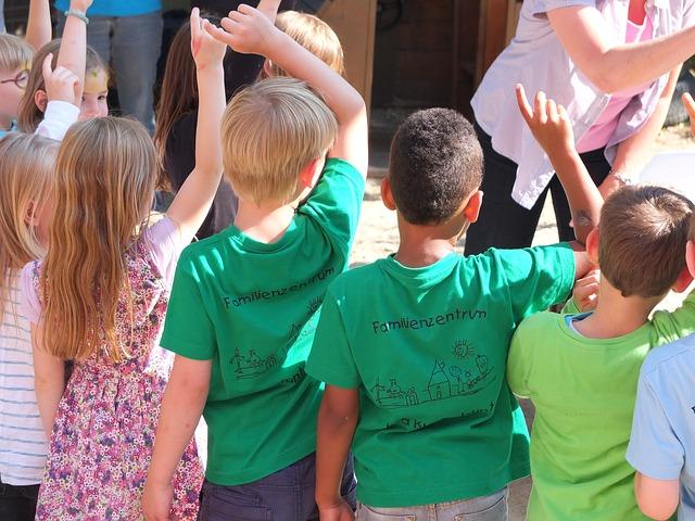 дети подняли руки