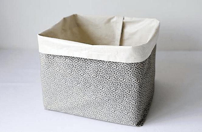 обшитая тканью корзина