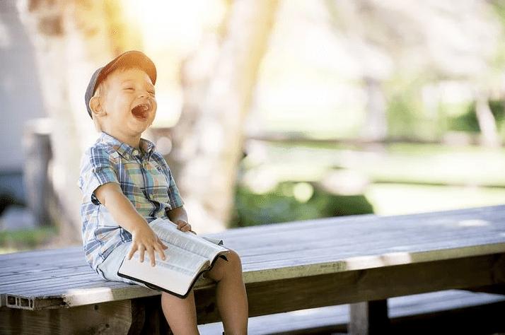смеющийся мальчик