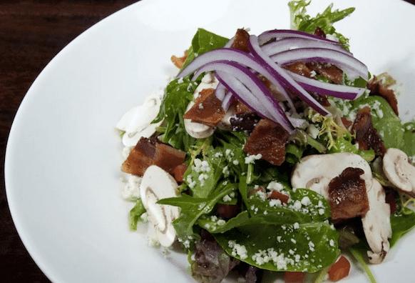 Салат с луком и беконом