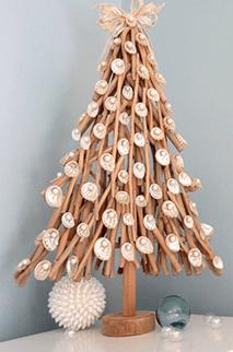 елка из веток на столе