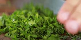 Шинкуем зелень петрушки