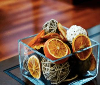 стеклянная ваза с сушеными апельсинами