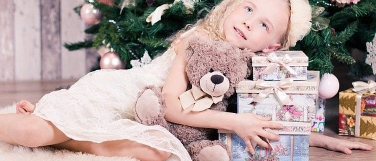 ребенок возле елки