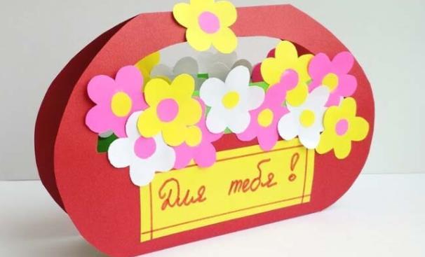 красная корзина с цветами из бумаги