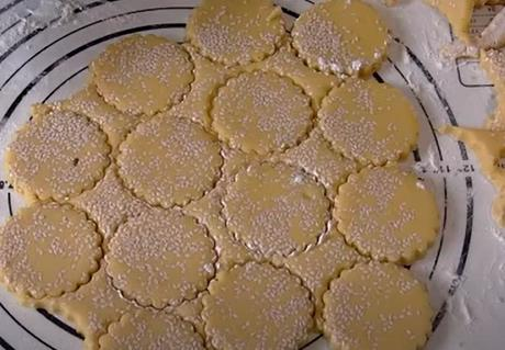 вырезаем печенье с кунжутом